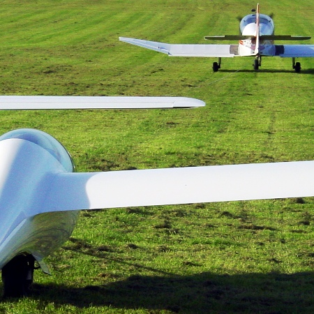 By Ian Wilson from London, England (Gliding at Dunstable) [CC-BY-2.0 (http://creativecommons.org/licenses/by/2.0)], via Wikimedia Commons